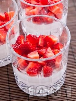 Най-лесният крем за десерт със сирене маскарпоне, заквасена сметана, кондензирано мляко и ягоди в стъклени чаши - снимка на рецептата